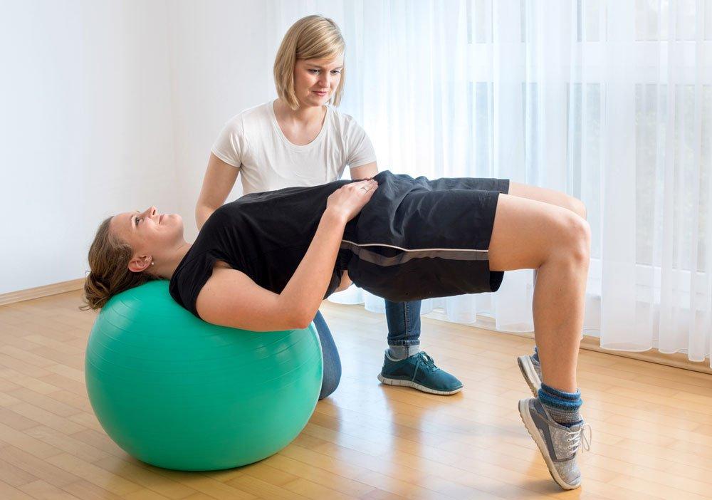 Straffer po Übungen mit Gymnastikball - Beckenlift