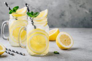 Wasser mit Früchten als Detox-Getränk